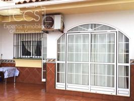 Venta de casa adosada con 2 dormitorios, 1 baño y 2 patios en Matalascañas. photo 0