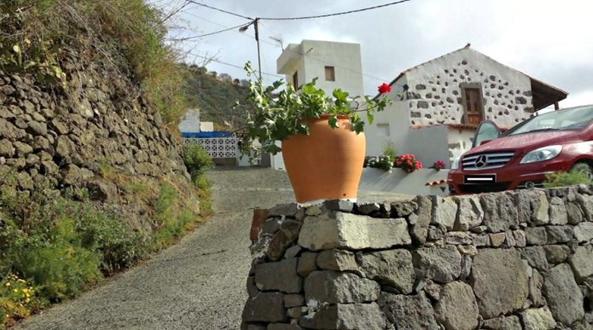 Bramb Asesores vende hermosa casa rural de 120 años de antigüedad, con una arquitectura típica Canaria de piedra y balcón Canario, 150 m² sobre un solar de 300 m² en Las Rosadas, Teror. En perfecto estado de conservación. photo 0