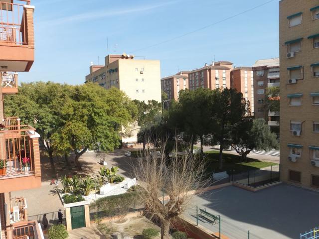 Excelente piso de 140 metros construidos y 117 metros útiles situado en Infante Don Juan Manuel, en buen estado de conservación, con orientación levante-poniente y con todos los servicios en los alrededores de la vivienda photo 0