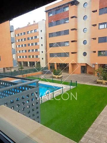 Vivienda de dos dormitorios y dos baños zona residencial de Logroño.  Se encuentran en un edificio construido en el 2008 dentro de una urbanización privada con zonas verdes y de juego, piscina y jardín comunitario,aire acondicionado.  La zona está consoli photo 0