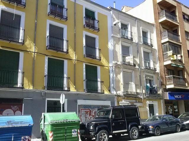 Amplio piso con balcones en finca histórica de Calderón de la Barca. 160 m2, salón-estar, cocina, baño, 5 dormitorios y cuarto trastero en la propia vivienda. Calefacción individual gas natural. Para reformar y poner al día. photo 0