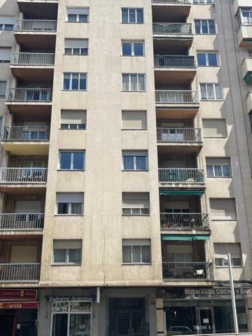 PISO muy bien situado en Av Portugal, con ascensor y servicios centrales de calefacción y agua caliente. Tiene 118 m2 útiles distribuidos entre salón-comedor con balcón, cocina con terraza, office, 3 dormitorios con armarios empotrados, 2 baños con ducha, photo 0