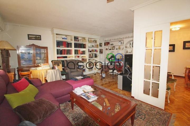 Vivienda en el centro de Guadalajara. Son 120 m2 divididos en 3 habitaciones con armarios empotrados, 2 baños, cocina amueblada y salón-comedor independiente. Incluye plaza de garaje y edificio con ascensor photo 0