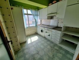 Cuarto piso sin ascensor distribuido en tres habitaciones, un baño, salón y cocina. Completamente exterior. Terraza comunitaria en ático. photo 0