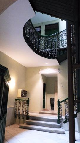 Majestuoso piso en el paseo de Almería, se trata de un piso en un Edificio antiguo del Paseo, que nada más entrar por el portal nos transportamos a la época……. una bonita escalera amplia, en forma de caracol, con unas vistosas vidrieras, todo muy bien co photo 0