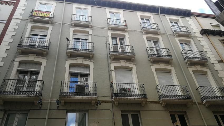En calle San Miguel, muy cerca del paseo Independencia, en pleno corazón de la ciudad, se vende estupendo piso de 147 m2 útiles, exterior, con ascensor y calefacción de gas ciudad, el piso está totalmente reformado pero conservando todo el gusto  photo 0