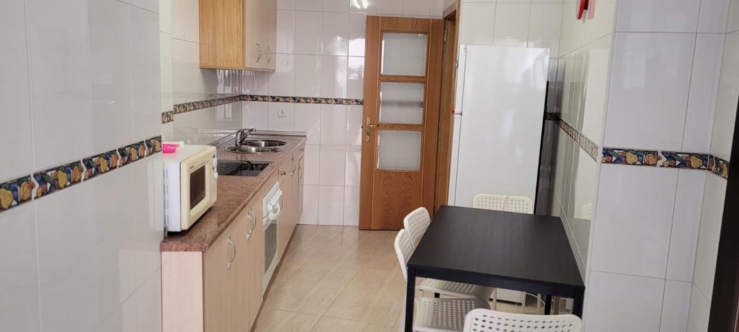 Apartamento de dos dormitorios, baño, aseo, salón y cocina con patio. photo 0