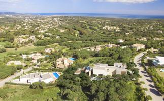 Villa Moderna Sotogrande, Cadiz:  SUPERFICIE PARCELA: 2.872 m2.    Casa moderna, vanguardista, desarrollada en tres plantas, con maravillosas vistas al valle del Golf y al mar.   SUPERFICIE VIVIENDA: 838 m2 + TERRAZAS Y PORCHES: 314 m2  LÁMINA DE AGUA P photo 0