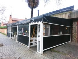 Alcalá de Henares. Zona el Val. Calle Avila. Bar Cafetería Restaurante. Se traspasa. Funcionando. Con licencia. Gran terraza cerrada, en propiedad. Bonito local comercial de aprox 100m2, más terraza propia de aprox 70m2, más almacén exterior de aprox 20m2 photo 0