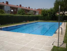 Alcalá de Henares. La Cuna de Cevantes. IDEAL INVERSORES. SE VENDE CON CONTRATO DE ARRENDAMIENTO EN ACTIVO. Chalet Adosado con piscina comunitaria. Cómoda distribución en dos plantas. Vacío. DIMENSIONES. Vivienda: 180m2 construidos. Parcela: 161m2. DISTRI photo 0
