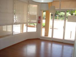 Local comercial de 25 m2 con gran escaparate y suelo de parquet photo 0