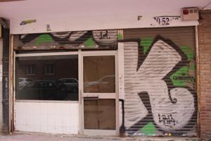 Se vende local comercial a pie de calle de 60 m2 construidos en la calle Moral, junto Vía Complutense, consta de sala de ventas, almacén y aseo, cierres metálicos ciegos y dos escaparates. Gran oportunidad, no dude en consultarnos. photo 0