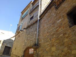 Bonita casa de pueblo, ideal para segunda residencia o vivienda habitual, situada en la población medieval de Guimerá. Se distribuye en: Planta baja, calle inferior: en la que se encuentra un almacén-garaje. Planta baja, calle superior: entrada, 1 baño y photo 0