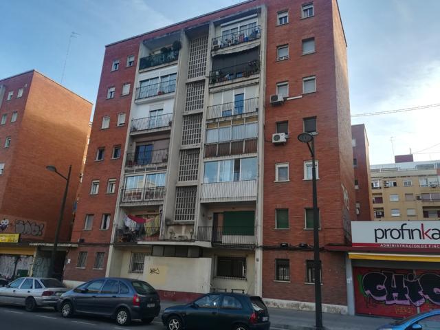 Excelente vivienda en edificio con ASCENSOR, ubicada en L´Olivereta, uno de los barrios más consolidados de Valencia! Vivienda totalmente exterior de 82 m2, distribuidos en amplio salón comedor, cocina independiente reformada hace 1 año, baño completo y 3 photo 0
