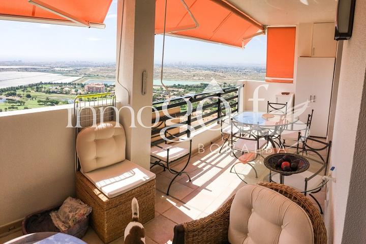Bonito apartamento con impresionantes vistas sobre Bonalba golf y la costa de Alicante. Con un total de 2 dormitorios dobles y dos baños completos. Plaza de parking cubierta en planta baja y comunidad cerrada con piscina. photo 0