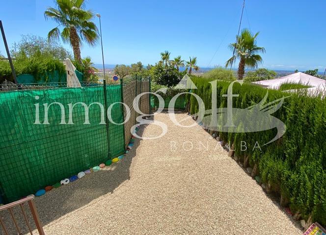 Apartamento en planta baja con jardin y bonitas vistas a la costa de Alicante. Con un total de 63 m2 de vivienda y 32 m2 de jardin perfectamente cuidado. Repartidos en 2 dormitorios dobles con armarios y 2 baños completos. Salón comedor y cocina photo 0