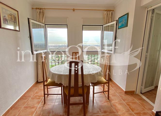 Apartamento en perfecto estado ce conservacion con inmejorables vistas a toda la costa de Alicante y al campo de golf. 2 dormitorios dobles con armarios. Un baño completo y pequeño lavadero. Amplio salon comedor con bonitas vistas. photo 0