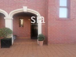 Adosado en venta en Vitoria-Gasteiz, con 265 m2, 5 habitaciones y 3 baños, 2 plazas de Garaje, Trastero y Calefacción Gas. photo 0