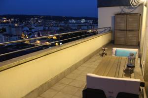 Zona Avda de Portugal, próximo Carballeira: Se vende precioso ático con terraza, muy coqueto,luminoso,soleado,y con unas excelentes vistas panorámicas de la ciudad. Consta de tres dormitorios,salón, cocina de diseño completamente equipada y dos baños. photo 0