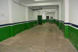 Alquiler de local en calle peatonal, dispone de dos baños, doble entrada, oficinas con iluminación. Posibilidad de dividir en dos locales. Por 4€-m2. photo 0