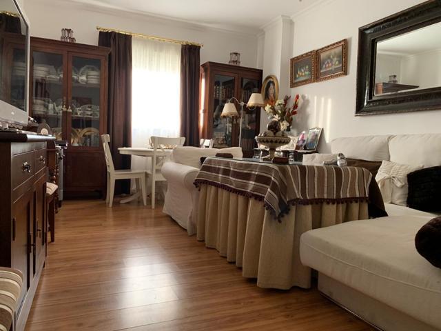 Magnifico piso situado en la urbanización de Parque Flores, cercano al parque Miraflores. Piso original de 4 habitaciones, actual de 3, con 2 baños, garaje y trastero. Piscina comunitaria. Buenas vistas. 4ª planta con ascensor.   photo 0