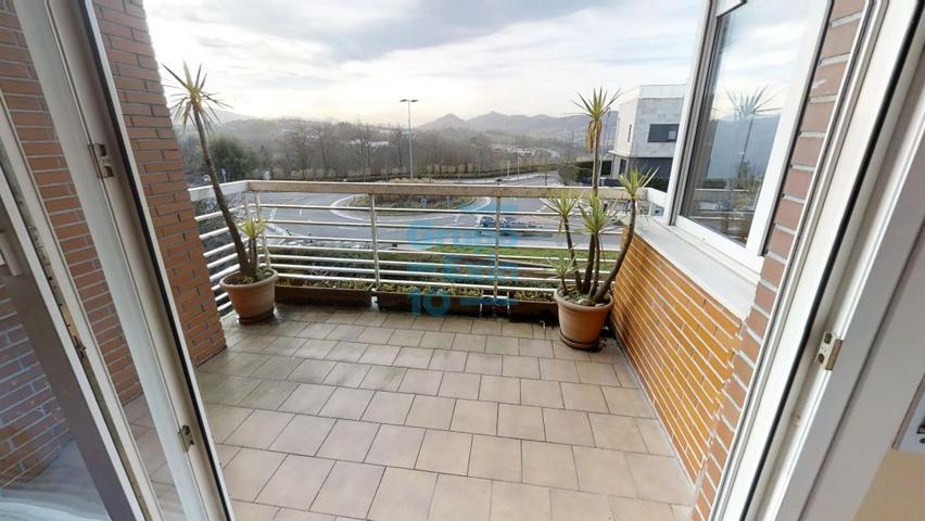 Junto al colegio Alemán, vendo precioso dúplex con terraza, muy soleado. El precio incluye un garaje cerrado de 45m2 en el mismo edificio. photo 0