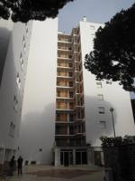 El apartamento forma parte de un edificio de 12 plantas sobre rasante y 9 elementos por planta. El edificio dispone de 1 ascensor. Presenta una edad aproximada de 52 años y conservación media. El edificio dispone de una calidad media alta y el bien valora photo 0