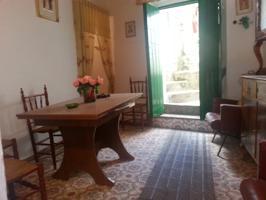 Casa típica tradicional de pueblo en venta. Se encuentra ubicada en Trasierra, pueblo situado a pocos km de Llerena. Totalmente habitable, con una vistas inmejorables. Conserva muebles y suelos de la época. Techos nuevos. Se escuchan ofertas. photo 0