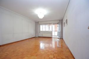 En venta piso de 3 habitaciones en Sanjurjo Badía photo 0