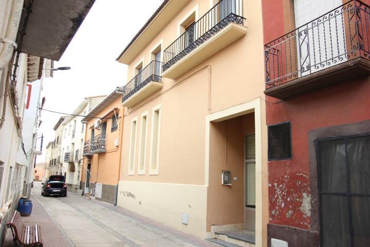 Casa de 2 plantas situada en Almuniente, consta de salón comedor, 2 cocinas, 5 dormitorios y 2 baños. Garaje - Almacén de 140 m2 aproximadamente. photo 0