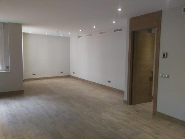 Vivienda de lujo de 204 m2, reforma de diseño a estrenar, 3 habitaciones dobles, 3 baños. Interior a patio manzana grande con mucha luz, carpintería de aluminio bicolor, carpintería interior de madera de roble, tarima flotante de roble decapado de primera photo 0