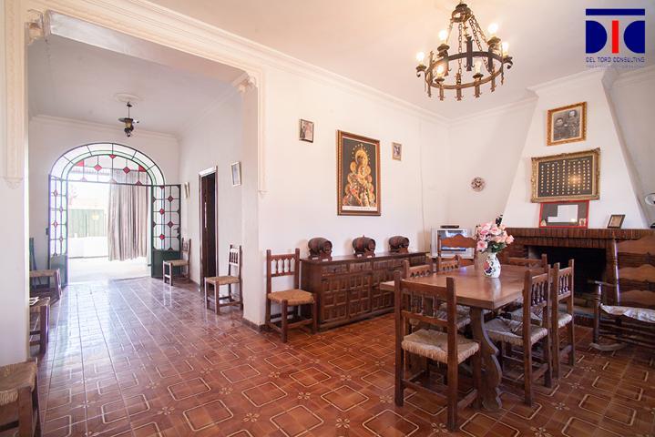 Casa AMPLIABLE 480 m2t., DIVISIBLE 2 PARCELAS y 2 VIVIENDAS. Con salón, 7 dormitorios, 2 baños y aseo, cocina, porche, patio para parking o cuadras. photo 0