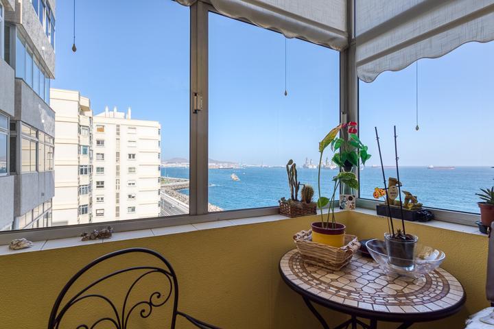 Piso de tres dormitorios en primera línea de la Avenida de Canarias con impresionantes vistas al mar. photo 0