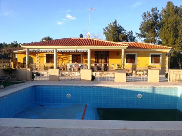 FINCA RUSTICA en VENTA, en El Horno. 5400m2 de terreno con 200 albaricoqueros, casa de 300m2 repartidos en 4 dormitorios, un baño, salón comedor con chimenea, cocina equipada, amueblado, con aire acondicionado el en salón, jardín, barbacoa y piscina. photo 0