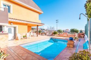 Casa espectacular con piscina en venta en Santa Susana photo 0