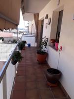 Salón comedor con techo abovedado, suelo de baldosas. Habitación con alfombra. Lavabo con luz natural. Cocina con luz natural, acero inoxidable