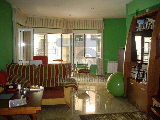 TQ0114 Gran piso junto a Recogidas de 165 m2 construidos (145 m2 útiles) todo exterior, gran salón, suelos de mármol, ventanas climalit, 3 dormitorios, 1 baño, 1 aseo, cocina equipada y trastero.   Dispone de aire acondicionado y calefacción.  Con unos ga photo 0