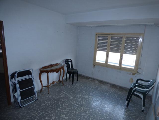Vivienda para reformar de 70 m2 con tres dormitorios, cocina, baño y salón. Con balcón en con vistas a zona desfile moros. photo 0