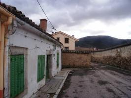 Casa de pueblo en Lozoya pueblo de la sierra norte enclavado en la parte alta del valle y a orilla de embalse de Pinilla, a 85 km de Madrid. Aunque se reformo en 1968 la construcción data de 1900 con una superficie de suelo de 159 m2 en dos plantas y sal photo 0
