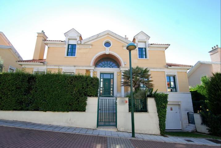 Chalet independiente de lujo en Urbanización Fuente Berrocal, calle Nabuco de Valladolid. 5 habitaciones y 4 baños. Gran bodega y garaje para 4 coches. photo 0