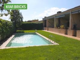 Bonita casa rústica de nueva construcción en Parlavà.  De 3 plantas con patio y zona comunitaria con piscina. La casa consta de 4 habitaciones, dos armarios empotrados, garaje para un coche, cocina, salón comedor, terraza de 45m2 y dos baños 1 con ducha photo 0