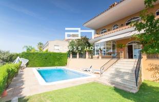 Casa en venta en Teià de 450 m2 con piscina privada y vistas al mar. Dispone de 4 habitaciones y 4 baños, 5 plazas de Garaje y Ascensor. photo 0