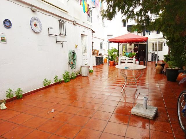 Dos pisos convertidos en uno, con gran patio, junto al Hospital, ¡¡ Oportunidad !!. photo 0
