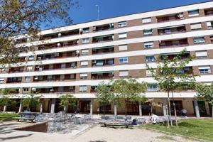 Vivienda de 81m2 útiles, distribuidos en tres dormitorios, salón, cocina con office y baño con bañera hidromasaje. Balcón en dormitorio principal y terraza abalconada en cocina photo 0