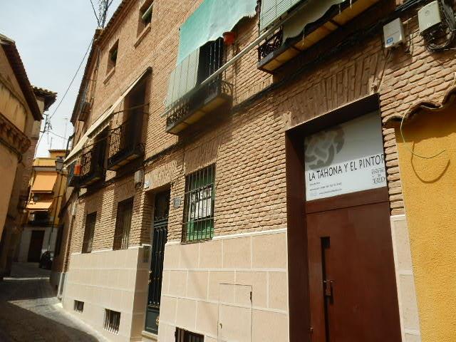 ¿QUIERES VIVIR EN PLENO CASCO DE TOLEDO?  Nosotros te brindamos esa oportunidad.  Inmobiliaria La Montañesa vende piso en Bajada Colegio Infantes.  photo 0