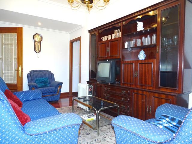 Piso a la venta en Santutxu, tres habitaciones, sala amplia, cocina y baño. Ascensor cota 0, galería y buenas vistas. photo 0