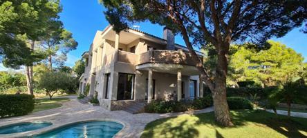 Magnífica villa de diseño, de 436 M2, a tan solo 50 metros de la playa photo 0