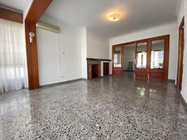 Casa de grandes dimensiones y amplio garaje privado. photo 0
