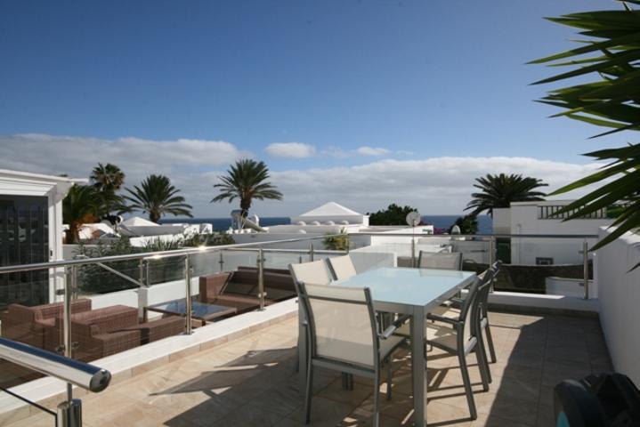 Villa en un complejo de primera linea al mar en Costa Teguise photo 0