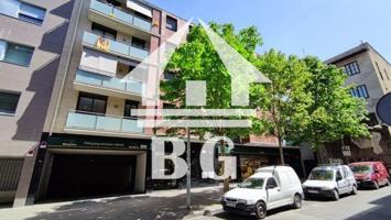 Bonito y acogedor apartamento semi-nuevo de 2 habitaciones en la calle Illa, cerca del centro Girona, estación de tren, colegios y supermercados. Muy soleado y acogedor, distribuido en 2 dormitorios, 1 cuarto de baño completos, salón-comedor con cocina integrada y terraza con vistas despejadas. La vivienda dispone de aire acondicionado, suelos de parquet, ventanas de aluminio y armarios empotrados. Edf. con ascensor y muy bien situado. Oportunidad !!! photo 0